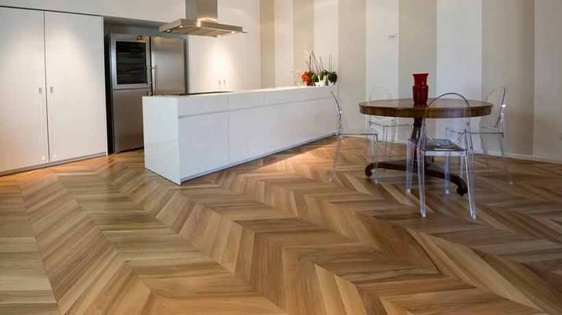 làm sạch sàn gạch giả gỗ
